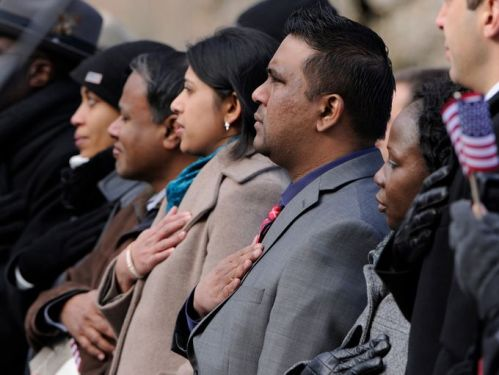 New citizens take the oath of allegiance at Gettysburg, 19 November 2013 (USA Today photo)