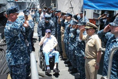 EM2 Bud Cloud, Pearl Harbor survivor and crewman of USS Dewey (DD-349) is piped ashore from USS Dewey (DDG-105) In May 2013