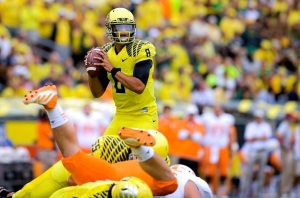 Oregon QB Marcus Mariota and his offensive line having their usual effect on a defense (Tennessee, 2013). (Image: Michael Arellano via Daily Emerald)