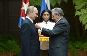 BFFs Vlad and Raul, Havana, July 2014.  (Image: Alaksey Nikolski, Reuters/RIA Novosti, via Moscow Times)