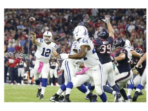 Andrew Luck tosses on to Ahmad Bradshaw, #44, in the Houston game in Oct 2014.  (Image: Matthew Emmons, USA Today Sports)