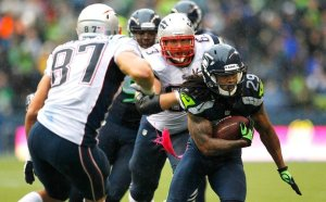 Seahawks CB Earl Thomas picks off Brady in Oct 2012, as Patriots TE Rob Gronkowski and OG Dan Connolly react. (Image: AP, Elaine Thompson via Football Central)