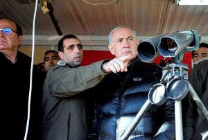 Bibi gets a military briefing in the Golan Heights, 2015. (Image: Reuters via WSJ)