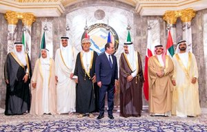 Hollande and Salman yuk it up at the GCC consultative summit in Riyadh, May 2015. (Image via SUSRIS)