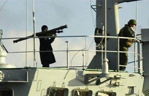 Shoulder-fired peace cruises in the Bosporus: Russian sailor on the deck of Russian landing ship Tsesar Kunikov, 4 Dec 2015. (Image: Emre Dagdeviren via Twitter, UK Express)
